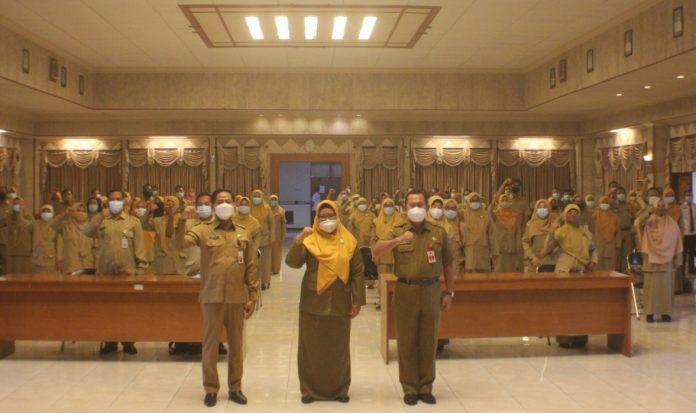 Wakil Bupati Gresik Aminatun Habibah menyerahkan Surat Keputusan Kenaikan pangkat (SKKP) Periode tanggal 1 April 2021 untuk 526 Pegawai Negeri Sipil (PNS) pada Senin (12/4/2021) di Ruang Mandala Bakti Praja.