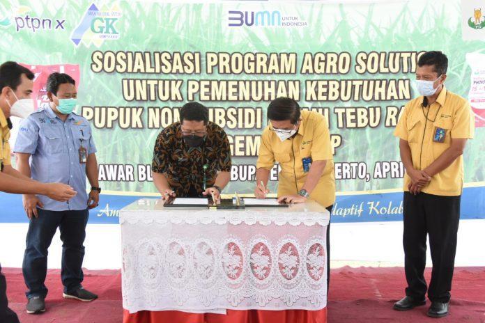 Dirut PG no.2 dari kanan saat menandatangani MoU Agro Solution dengan Pabrik Gula GempolKrep disaksikan oleh SVP Transformasi Bisnis PG pojok kanan