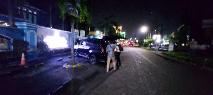 Empat orang yang diduga petugas KPK saat membawa dokumen ke dalam mobil.
