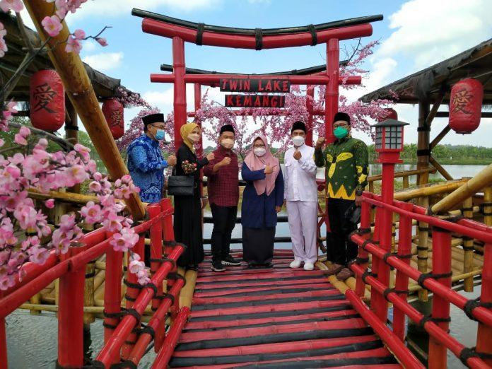 Bupati dan Wakil Bupati Gresik Fandi Akhmad Yani dan Aminatun Habibah saat meresmikan Grand Opening Wisata Twin Lake Kemangi.