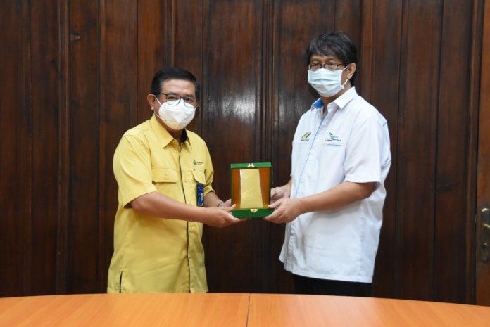 Dirut PG, Dwi Satriyo Annurogo (kiri) saat menyerahkan plakat kepada Direktur PTPN XI, R. Tulus Panduwijaja (kanan) dalam rapat perluasan kerjasama Agro Solution antara Petrokimia Gresik dan PTPN XI