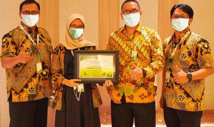 Tim CSR PG bersama dengan SVP Umum PG berfoto bersama usai menerima penghargaan dalam acara Peringatan World Wetlands Day 2021 dan Sosialisasi KEE.