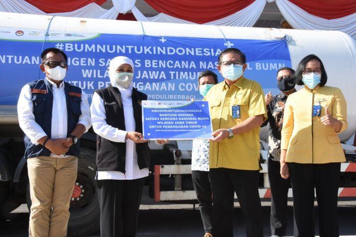 Penyerahan Bantuan Oksigen dari Satgas Tanggap Bencana Nasional BUMN Wilayah Jatim kepada Pemprov Jatim di Gedung Grahadi Surabaya