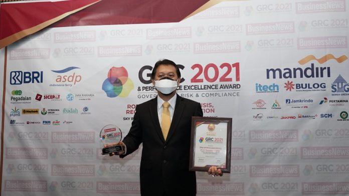Dirketur Keuangan & Umum PG, Budi Wahju Soesilo Usai Mewakili Dirut PG Menerima Penghargaan The Best GRC Overall & The Best CEO