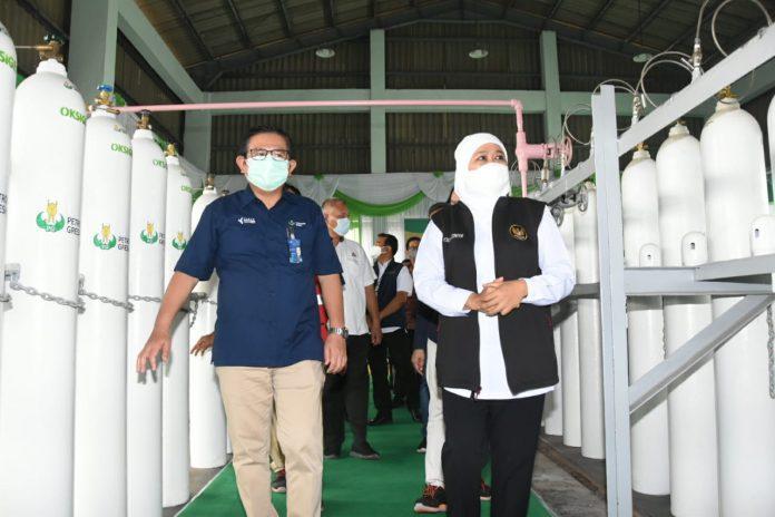 Dirut PG, Dwi Satriyo Annurogo dan Gubernut Jawa Timur, Khofifah Indar Parawansa (ki-ka) saat meninjau lokasi pabrik ASP PG memproduksi oksigen