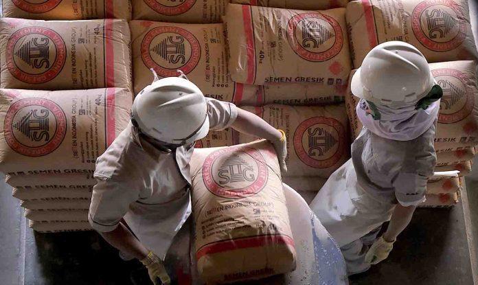 Pekerja sedang melakukan bongkar muat semen di Packing Plant SIG, Tanjung Priok, Jakarta Utar