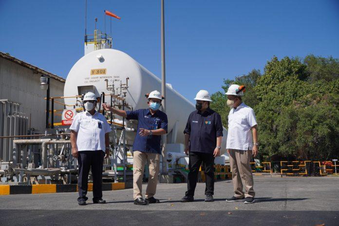Komisaris Utama PG, T. Nugroho Purwanto, Dirut PG, Dwi Satriyo Annurot, Menteri BUMN, Erick Thohir, dan Dirut PI, Bakir Pasaman saat meninjau Unit Produksi Oksigen - Air Separation Plant (ASP) Petrokimia Gr