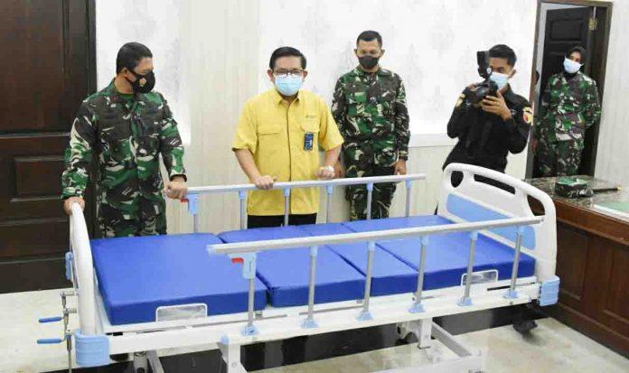 Pangdam V Brawijaya, Mayjen TNI Suharyanto mendampingi Dirut PG, Dwi Satriyo Annurogo (ki-ka) yang mengunjungi Kodam V Brawijaya untuk memberikan bantuan berupa 20 tempat tidur pasien untuk RST dr. Soepraoen