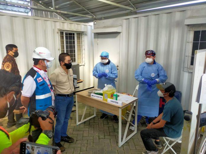 Presdir PT. Freeport Indonesia Tony Wenas saat meninjau peserta Vaksin di Projeck Smelter Jiipe Manyar Gresik, Jumat(13/8/21)