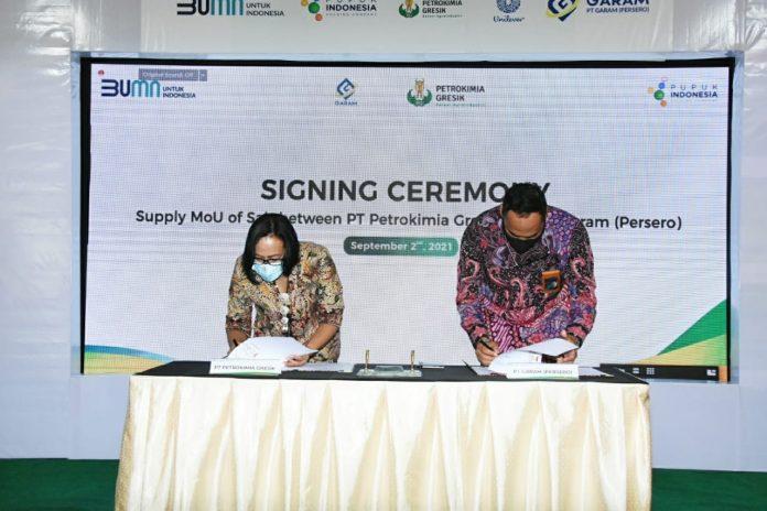 Direktur Operasi dan Produksi Petrokimia Gresik, Digna Jatiningsih bersama dengan Direktur Utama PT Garam, Achmad Ardianto (ki-ka) saat menandatangani Supply MoU of Salt.