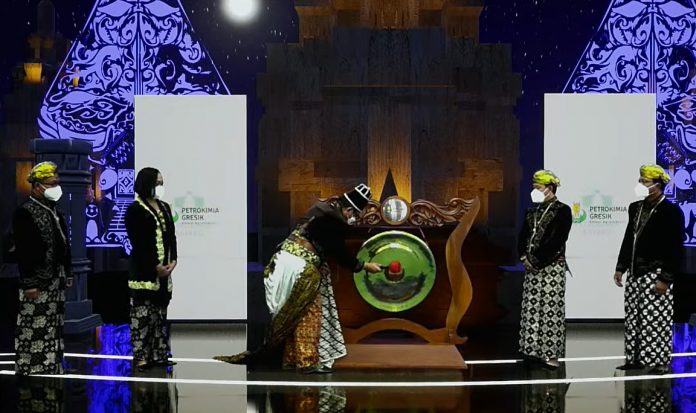Dirut PG, Dwi Satriyo Annurogo didampingi DOP PG & DKU PG beserta pejabat terkait memukul gong sebagai simbolisasi pembukaan Pesta Inovasi Kerajaan Petrokimia Gresik KIPG XXXV