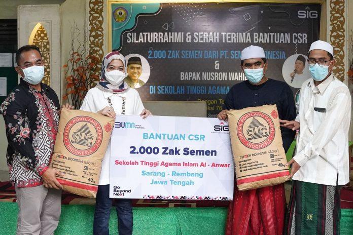 Corporate Secretary SIG, Vita Mahreyni (kedua kiri) bersama General Manager of CSR SIG (paling kiri) menyerahkan bantuan 2.000 zak semen kepada Ketua STAI Al-Anwar Dr. KH. Abdul Ghofur MA (kedua kanan), di Rembang, Jawa Tengah, Sabtu (4/9)