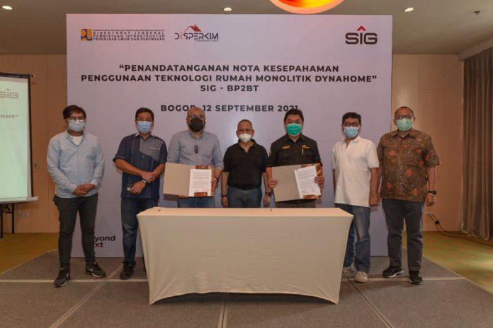 Direktur Marketing dan Supply Chain SIG, Adi Munandir (tiga dari kiri), Direktur Jendral Pembiayaan Infrastuktur Pekerjaan Umum dan Perumahan, Herry Trisaputra Zuna (tengah) dan Ketua Tim Fasilitasi BP2BT Sumatera Selatan, J Riantony (lima dari kiri) saat penandatanganan MoU kerjasama penggunaan teknologi rumah monolitik Dynahome, Minggu (12/9)