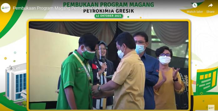DKU PG, Budi Wahju Soesilo mengalungkan ID magang kepada salah satu peserta magang sebagai simbolis dibukanya Program Magang 2021