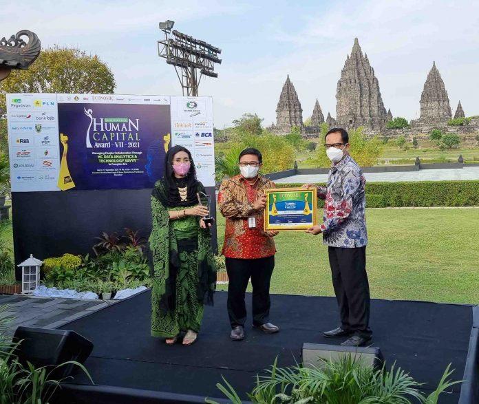 Nuril Huda, SVP SDM PG (tengah) saat menerima hadiah penghargaan dalam acara Indonesia Human Capital Award (IHCA) 2021